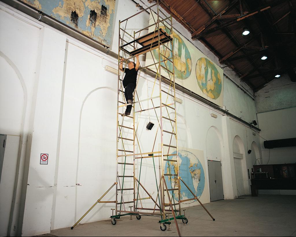 Le fasi del complesso lavoro di allestimento della Mostra - Foto di Riccardo Abate.